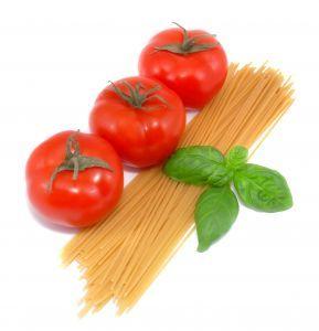 Alimentation par spaghetti et tomates