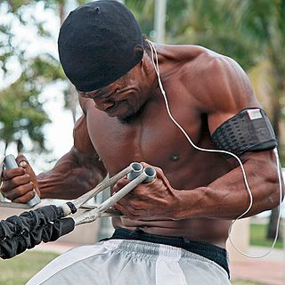 homme entretenant sa masse musculaire